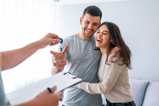 Couple heureux recevant les clés de son logement